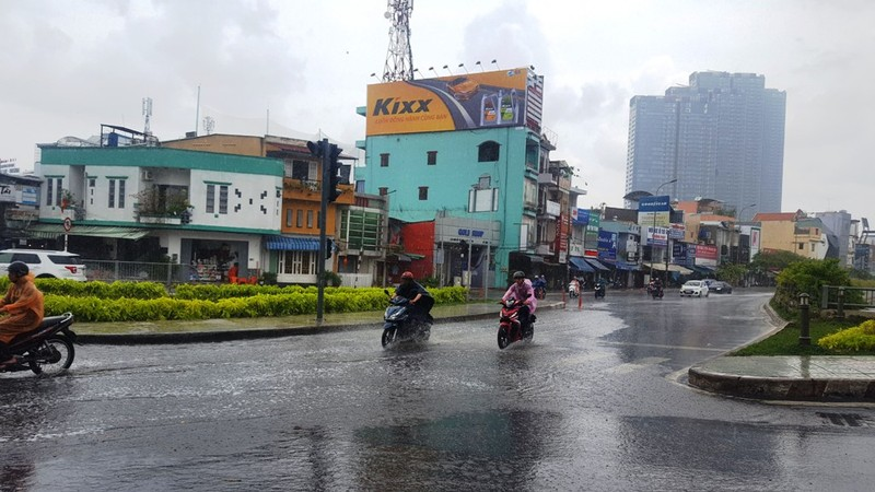 Người Sài Gòn hả hê với cơn mưa bất chợt - ảnh 4