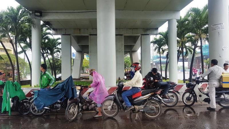 Người Sài Gòn hả hê với cơn mưa bất chợt - ảnh 6