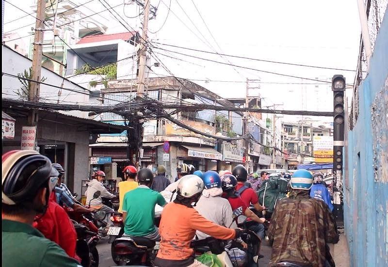 Đèn giao thông 'đứng hình' vì không được bàn giao - ảnh 1