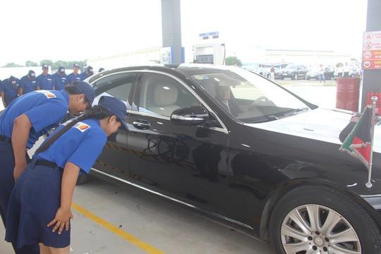 Tổng giám đốc người Nhật cúi chào khách mua xăng - ảnh 2