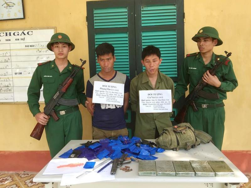 2 thanh niên mang heroin, súng vượt biên vào Việt Nam - ảnh 1