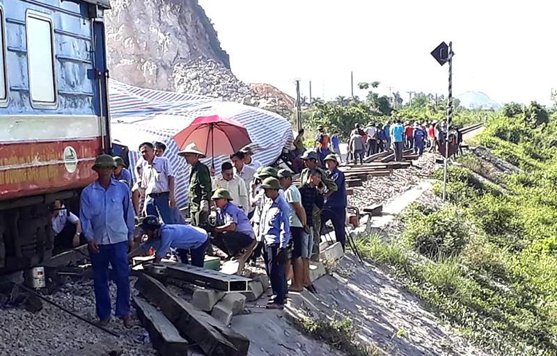 Hiện trường vụ tai nạn tàu lửa kinh hoàng ở Thanh Hóa - ảnh 8