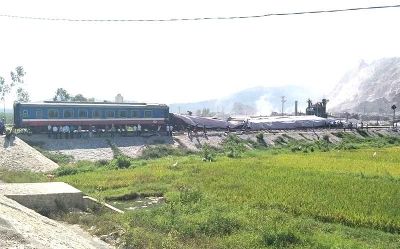 Hiện trường vụ tai nạn tàu lửa kinh hoàng ở Thanh Hóa - ảnh 9