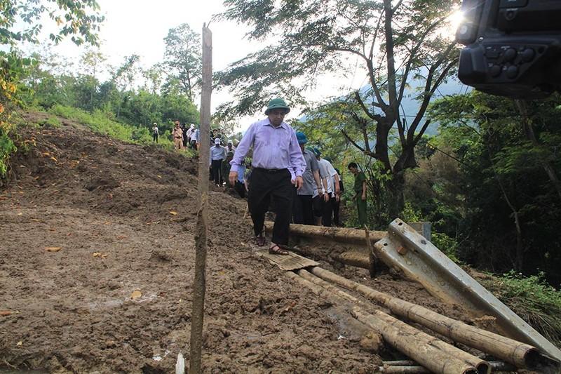 Trưởng ban tổ chức TW vượt núi đi bộ vào tâm lũ Mường Lát - ảnh 8