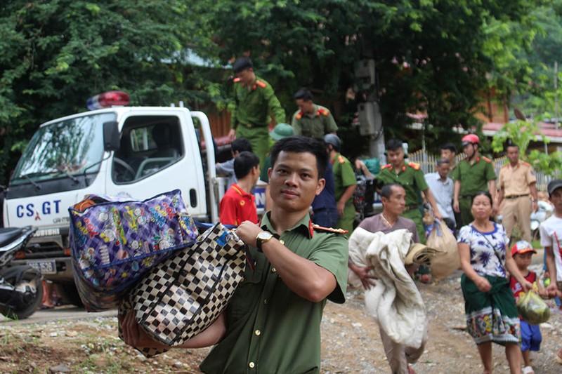 Những chiến sĩ công an giúp dân trong lũ dữ Mường Lát - ảnh 3