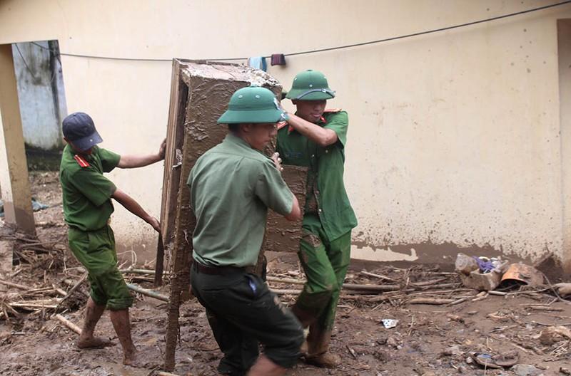 Những chiến sĩ công an giúp dân trong lũ dữ Mường Lát - ảnh 9