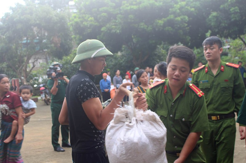 Những chiến sĩ công an giúp dân trong lũ dữ Mường Lát - ảnh 2