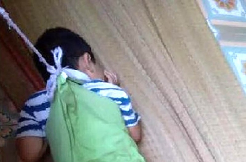 Bé trai 4 tuổi bị buộc vào cửa sổ: Sẽ họp kỷ luật cô giáo - ảnh 1