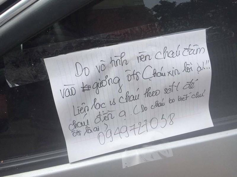 Nam sinh làm vỡ gương xe để lại số điện thoại xin lỗi  - ảnh 1