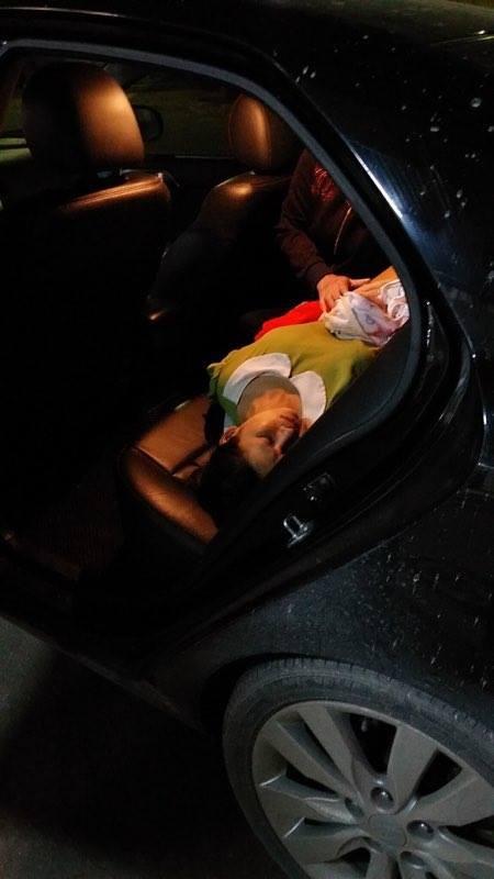 Lái xe giữa đường cứu sản phụ đẻ rơi  - ảnh 1