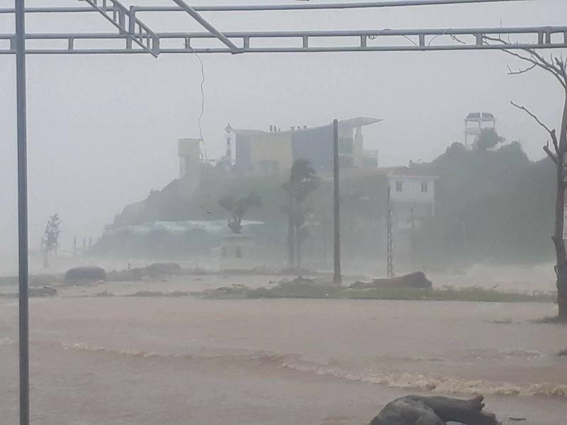 Thị xã Cửa Lò tan hoang sau bão số 10 - ảnh 3