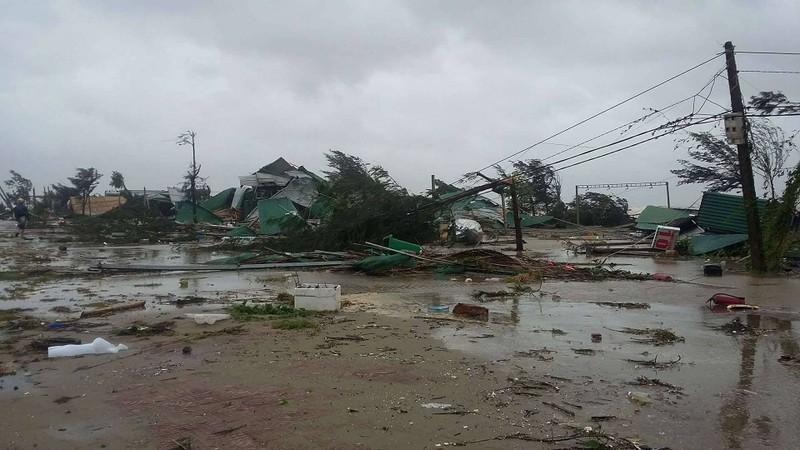 Thị xã Cửa Lò tan hoang sau bão số 10 - ảnh 4
