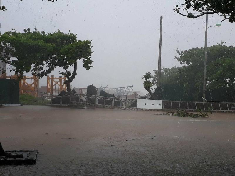 Thị xã Cửa Lò tan hoang sau bão số 10 - ảnh 5