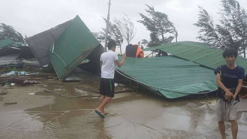 Thị xã Cửa Lò tan hoang sau bão số 10 - ảnh 2