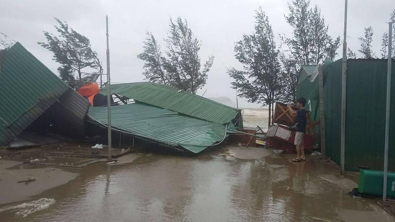 Thị xã Cửa Lò tan hoang sau bão số 10 - ảnh 1