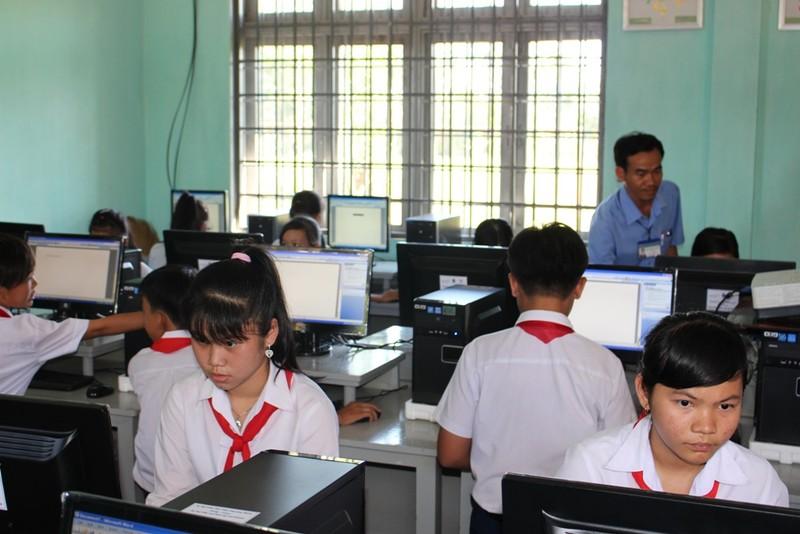 Trao học bổng cho 40 em học sinh nghèo - ảnh 2