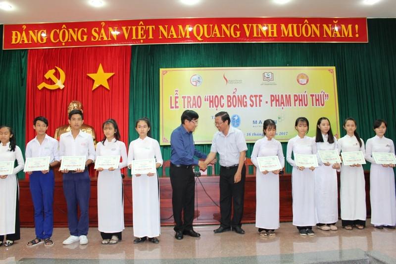 Trao học bổng cho 40 em học sinh nghèo - ảnh 1