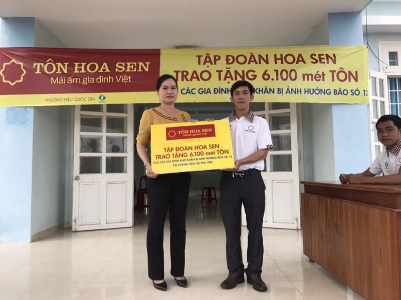 Hoa Sen tặng tôn cho người dân vùng bão lũ miền Trung   - ảnh 1