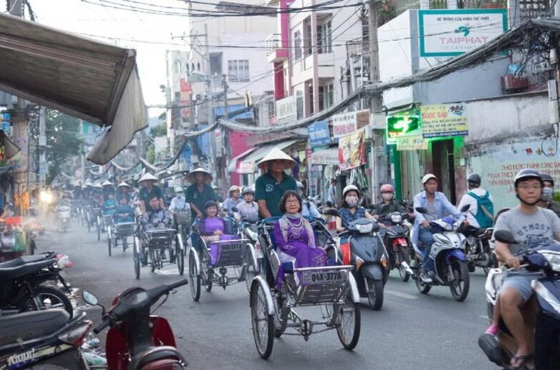 Người Sài Gòn diện áo dài, ngồi xích lô tham quan thành phố - ảnh 1