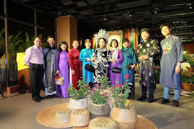 Người Sài Gòn diện áo dài, ngồi xích lô tham quan thành phố - ảnh 4