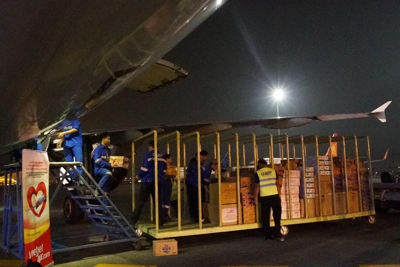 VietJet: Chuyến bay cứu trợ nạn nhân động đất đã tới Indonesia - ảnh 3
