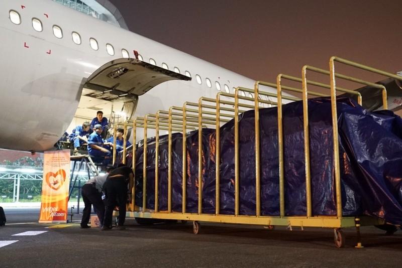 VietJet: Chuyến bay cứu trợ nạn nhân động đất đã tới Indonesia - ảnh 5