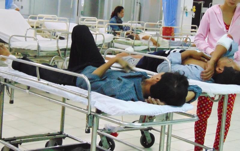 Khóc cười trong phòng cấp cứu: Bạn bè gặp nhau tại BV! - ảnh 4