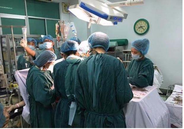 Bác sĩ của bốn bệnh viện phối hợp mổ cấp cứu sản phụ bị vỡ tử cung.