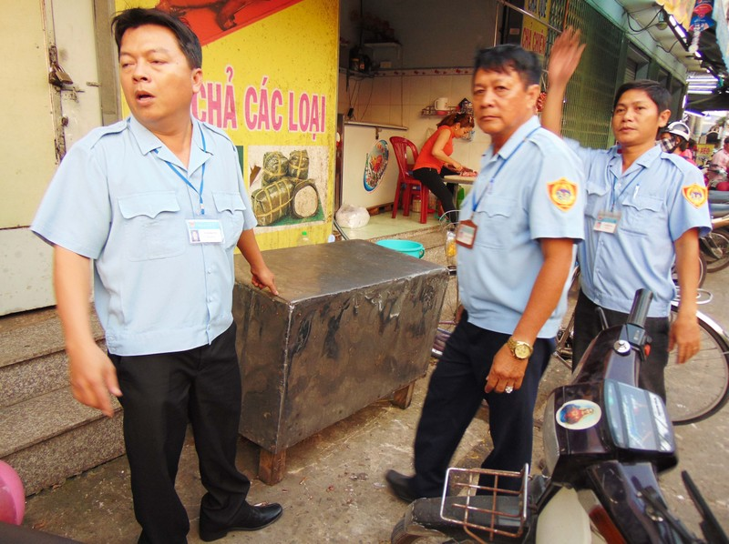 Huyện Hóc Môn giúp dân tháo dỡ hạng mục xây lấn - ảnh 3