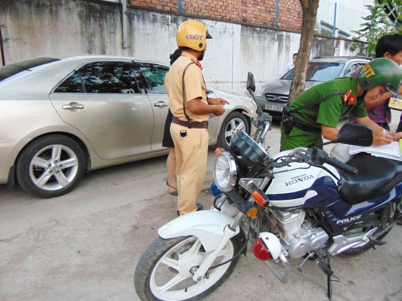 Huyện Hóc Môn giúp dân tháo dỡ hạng mục xây lấn - ảnh 6