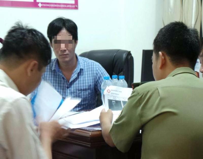 Thanh tra Sở Y tế TP.HCM cùng cơ quan chức năng đang kiểm tra một phòng khám.