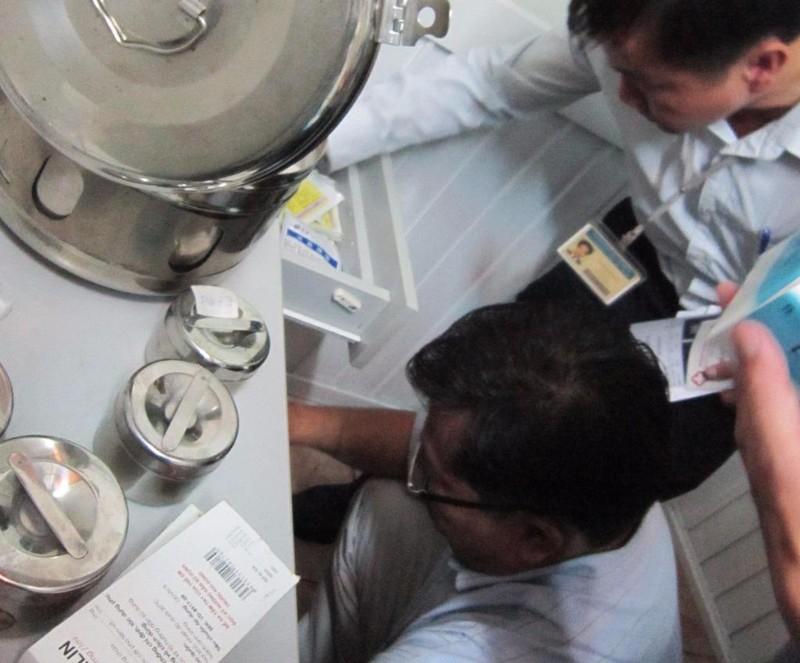Thanh tra Sở Y tế TP.HCM đang kiểm tra hoạt động của một phòng khám