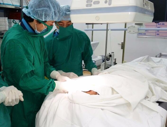 Các bác sĩ đang tiến hành cấy máy tạo nhịp tim hai buồng vĩnh viễn