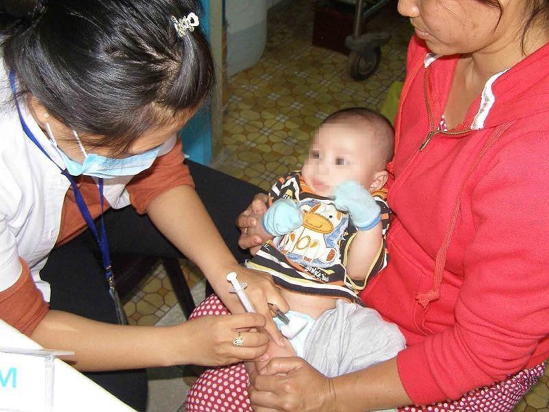 Vaccine cận ngày sử dụng không gây nguy hại cho trẻ - ảnh 1