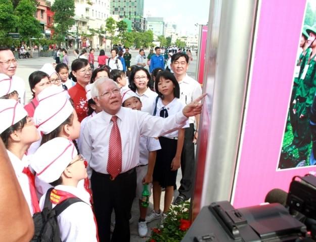 Triển lãm 80 bức ảnh và tư liệu quý tại phố đi bộ Nguyễn Huệ - ảnh 1