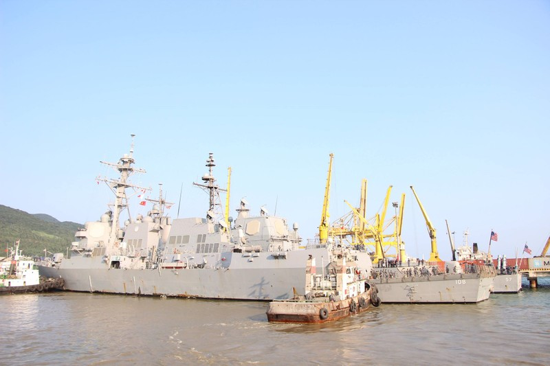 Uy lực 2 chiến hạm hộ tống tàu sân bay Mỹ đến Đà Nẵng - ảnh 2