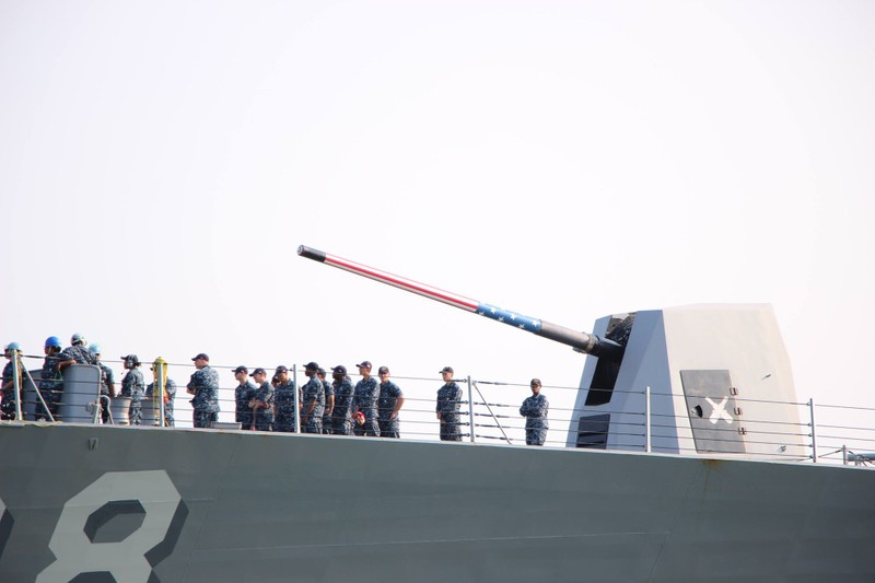 Uy lực 2 chiến hạm hộ tống tàu sân bay Mỹ đến Đà Nẵng - ảnh 6
