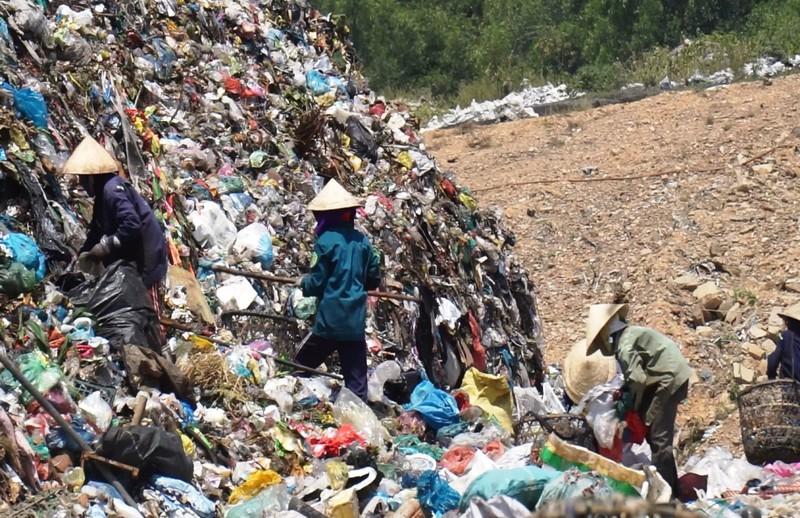 Dân bãi rác muốn lãnh đạo đến ở cùng để biết việc ô nhiễm - ảnh 1