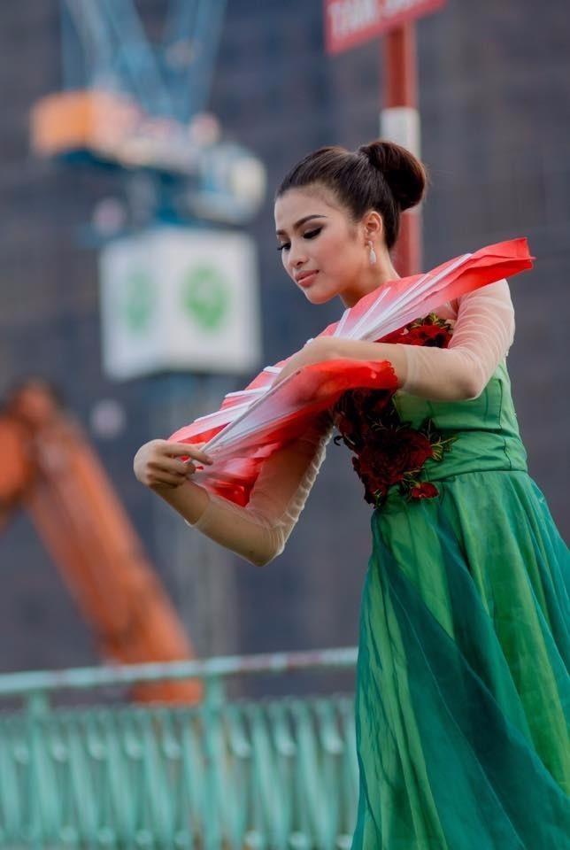 Nguyễn Thị Thành tập luyện tiết mục tham gia Miss Eco International 2017.