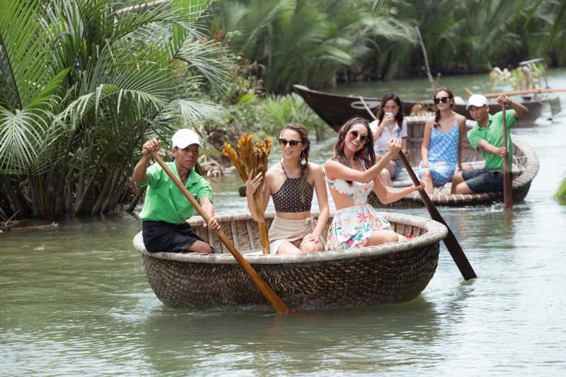Tân hoa hậu Phan Thị Mơ chèo thuyền thúng, đi cà kheo