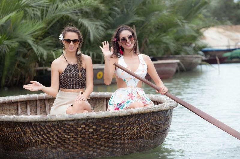 Tân hoa hậu Phan Thị Mơ chèo thuyền thúng, đi cà kheo - ảnh 15