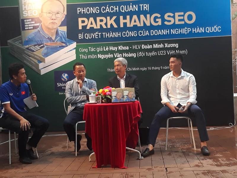 Khán giả đội mưa dự ra mắt sách về ông Park Hang Seo - ảnh 1