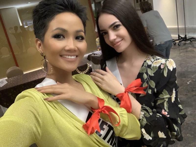 H'Hen Niê gây chú ý tại Miss Universe với dải băng đỏ trên tay - ảnh 4