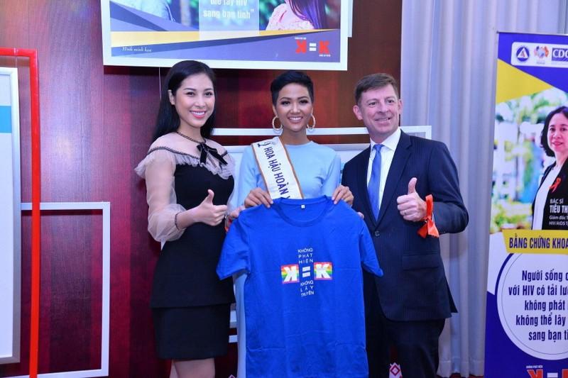 H'Hen Niê gây chú ý tại Miss Universe với dải băng đỏ trên tay - ảnh 10