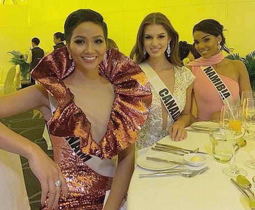 H'Hen Niê gây chú ý tại Miss Universe với dải băng đỏ trên tay - ảnh 2