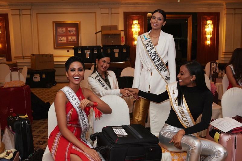 H'Hen Niê gây chú ý tại Miss Universe với dải băng đỏ trên tay - ảnh 6