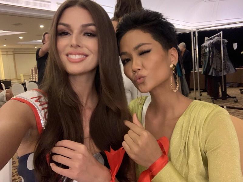H'Hen Niê gây chú ý tại Miss Universe với dải băng đỏ trên tay - ảnh 7