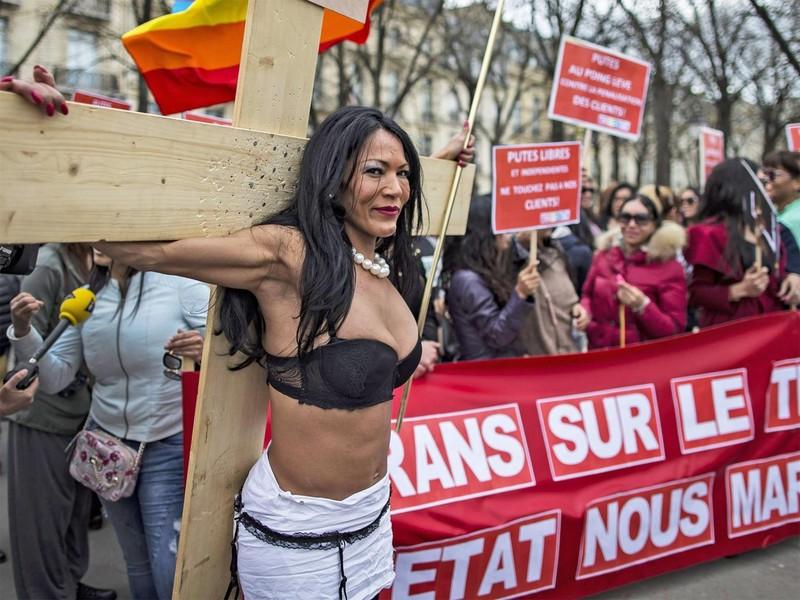 Tại sao Pháp cấm khách mua dâm, chứ không phạt gái bán dâm? - ảnh 1
