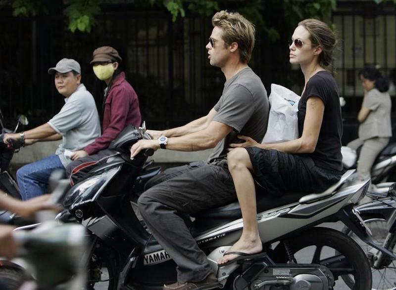 Pitt và Jolie trên đường phố TP.HCM ngày 23-11-2006.