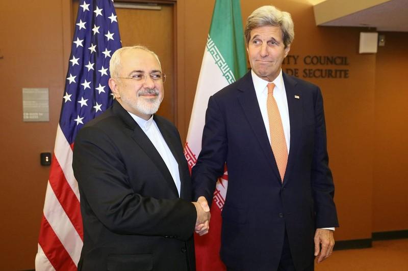 Thỏa thuận hạt nhân giúp mở đường cải thiện quan hệ Mỹ-Iran. Ngoại trưởng Iran Mohammad Javad Zarif (trái) gặp Ngoại trưởng Mỹ Joh Kerry tại LHQ ngày 19-4.
